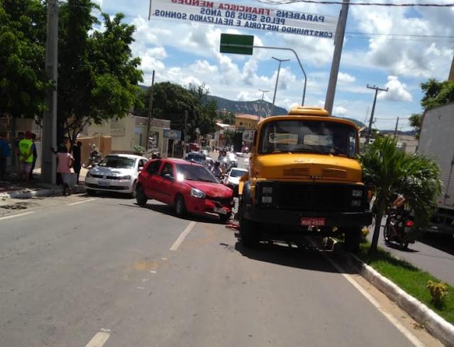 Acidente envolve um caminhão e mais dois veículos no centro de Catolé do Rocha