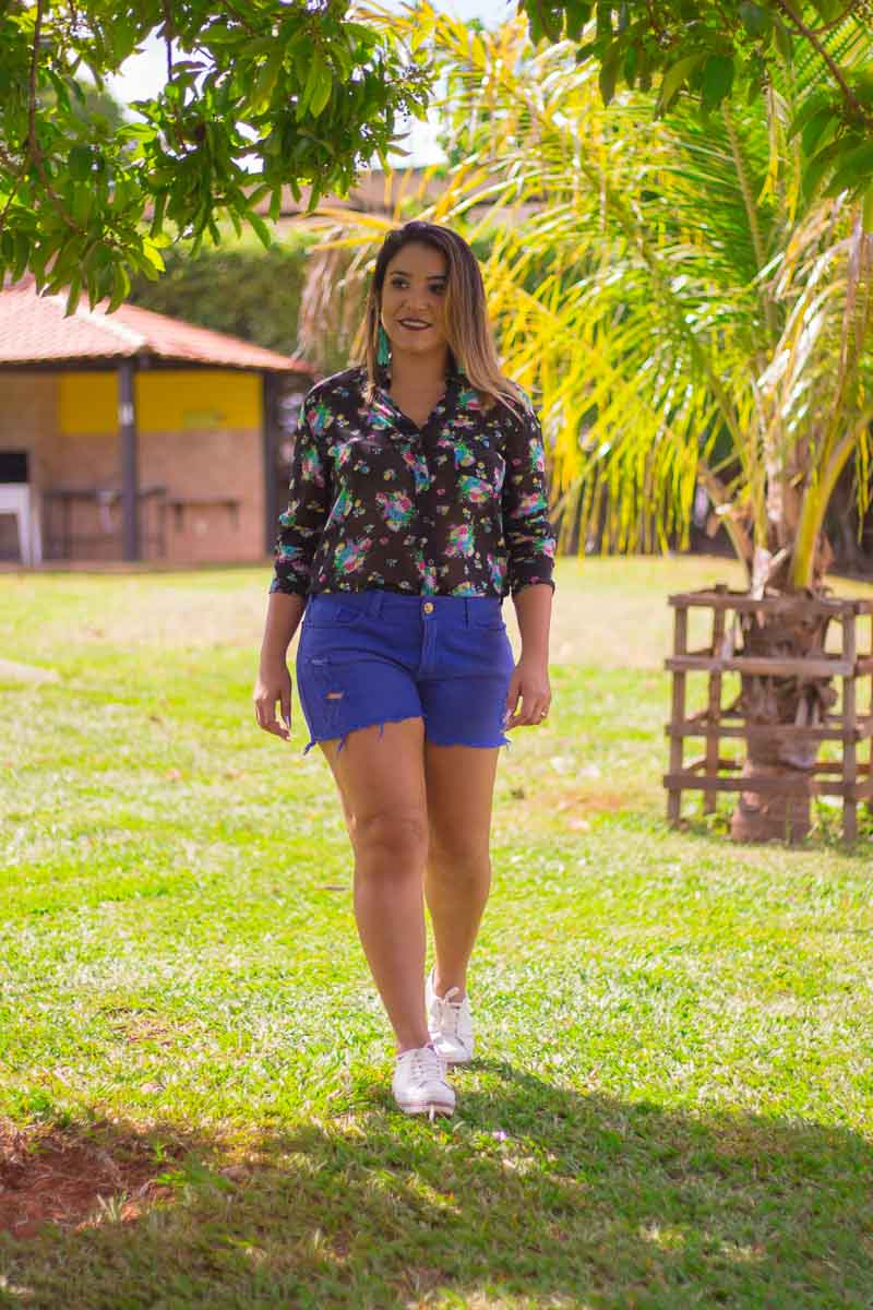 Look do dia: camisa floral e short azul