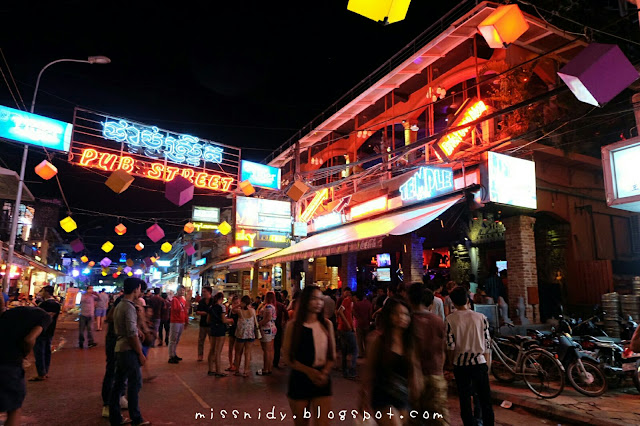 night strolling at pub street siem reap