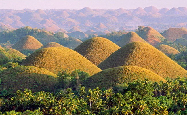 Xvlor Chocolate Hills consists more than 1268 symmetrical mounds on Bohol Island