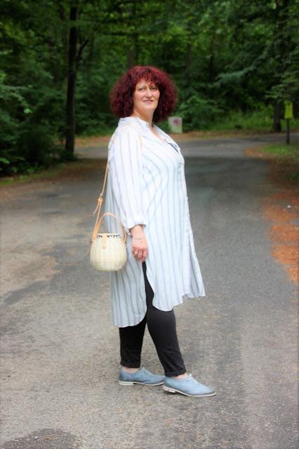Outfit mit Hemdblusenkleid und Weidenkorbtasche 50+
