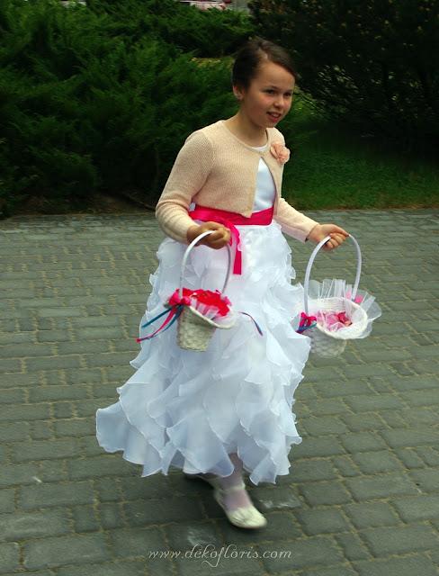 kwiatowa poduszeczka na ślubne obrączki i koszyczek z płatkami róż