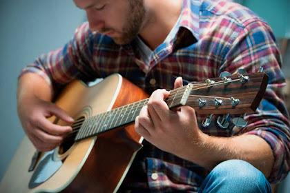 Sedang Belajar Gitar? Pelajari Kunci Dasar Gitar Beserta Gambarnya Berikut