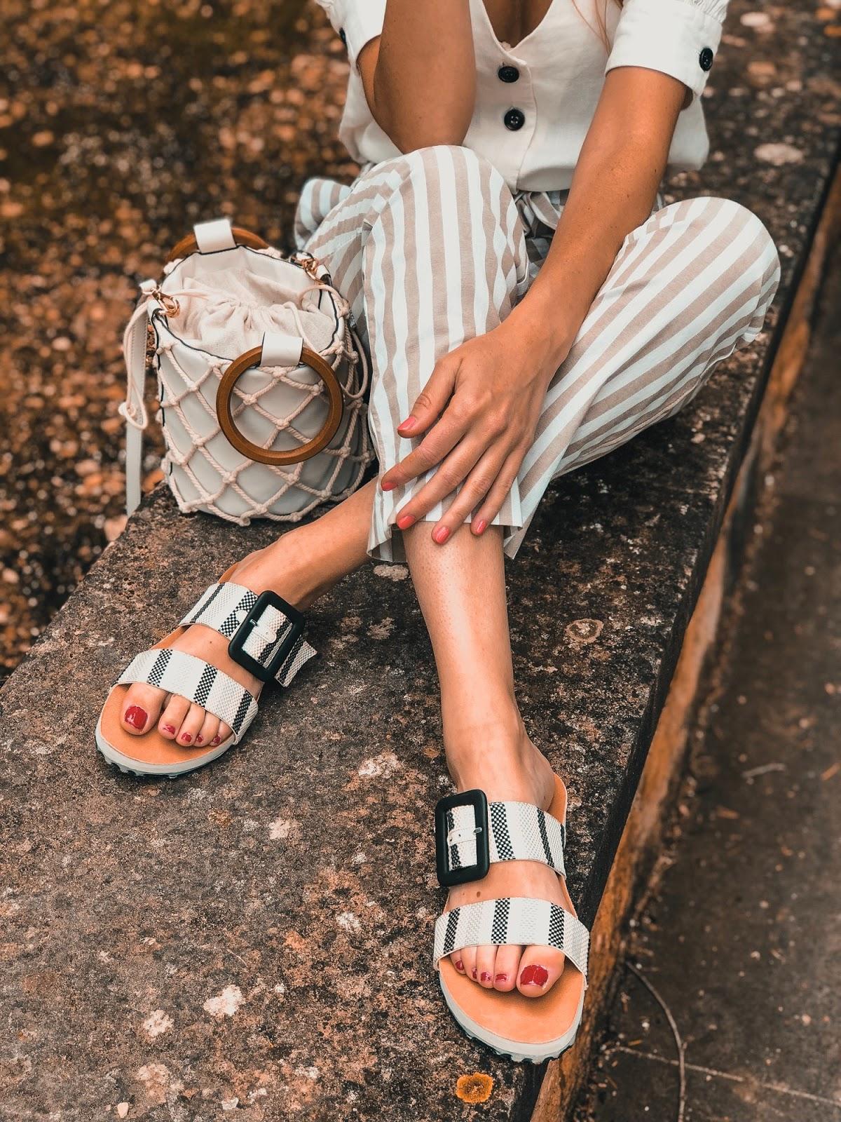 pantalones de lino con sandalias