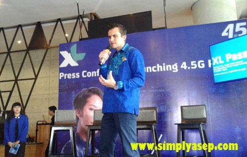 BAHASA INDONESIA:   Chief of Commerce XL Axiata - Kirill Mankovski dengan bahasa Indonesia yang kurang lancar mampu menjelaskan even ni kepada para blogger, dan wartawan saat konferensi pers  dan peresmian jaringan XL 4G LTE di Pontianak. Photo Asep Haryono
