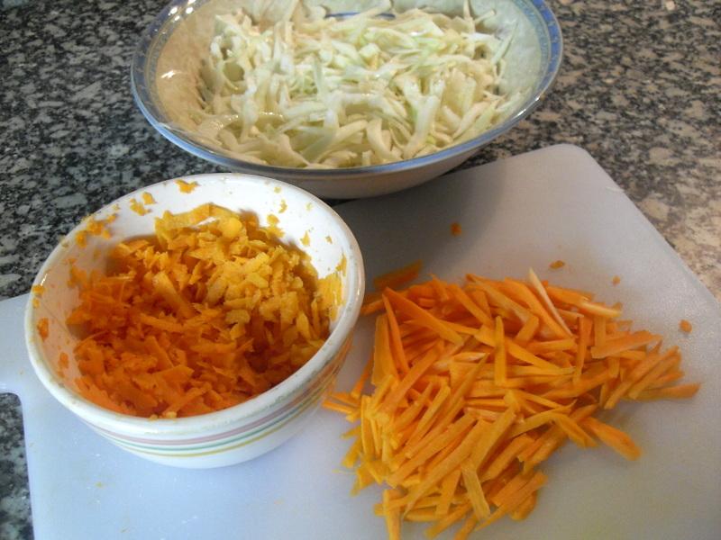 Cortando la zanahoria finamente en juliana para ensalada