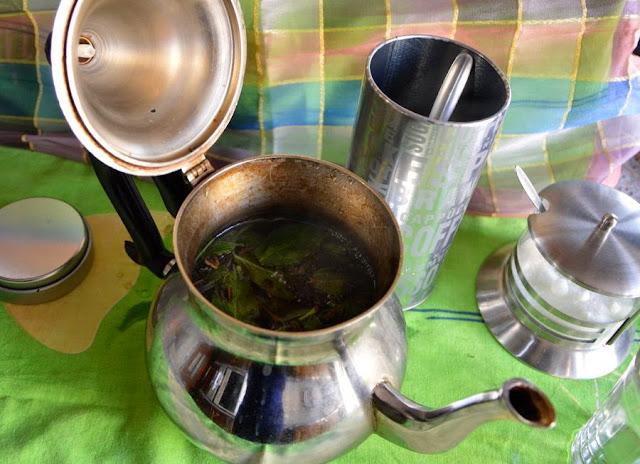 Gdy woda się zagotuje natychmiast zalać nią miętę i zieloną herbatę.