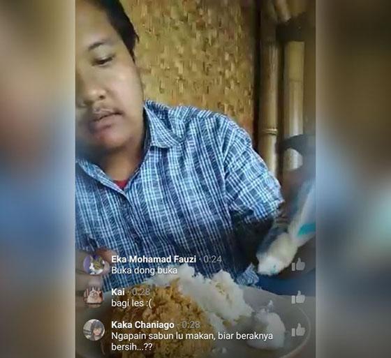 Video Pria Jaman Now, Makan Ayam Dengan Sabun Colek Sambil Live Facebook