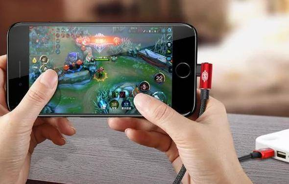Memainkan smartphone ketika di charge - Ciri Baterai Smartphone Bocor