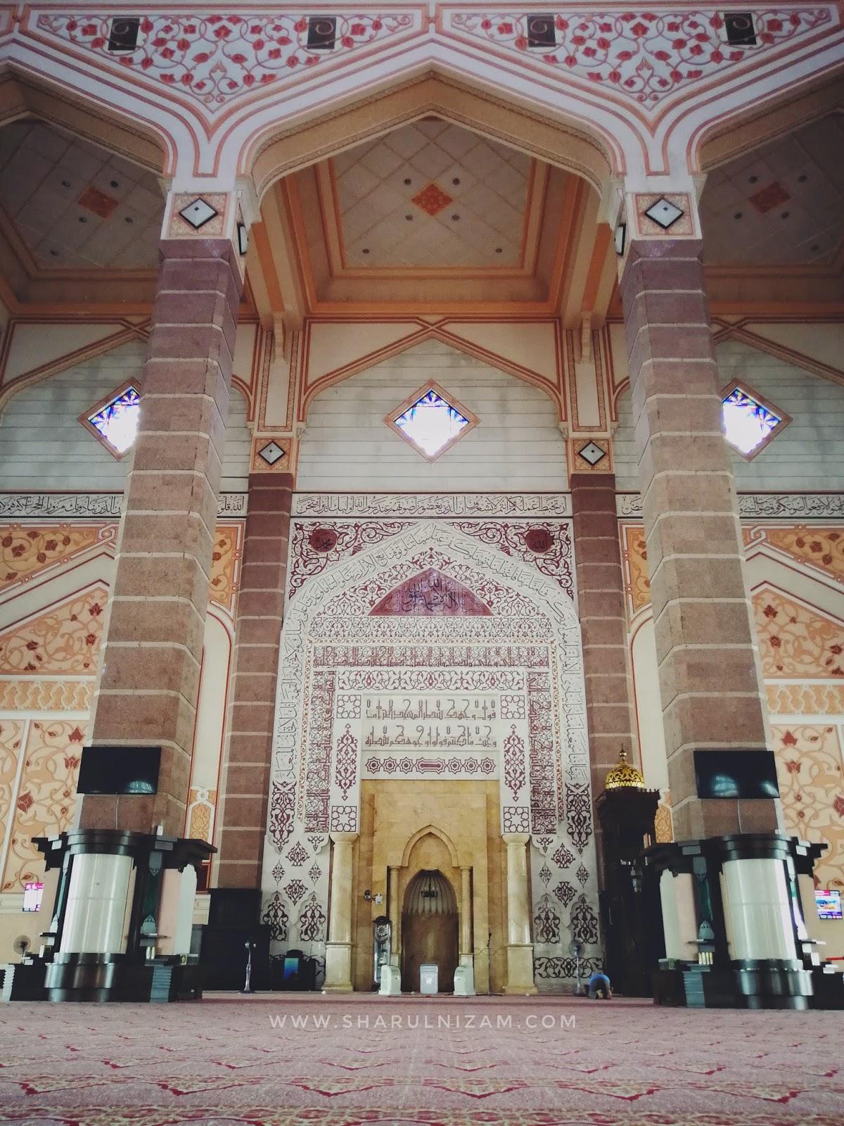 Bahagian hadapan Masjid Putra