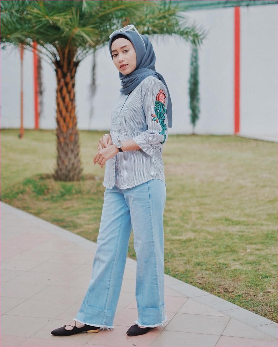 Outfit Celana Jeans Untuk Hijabers Ala Selebgram 2018 blouse kemeja stripe biru tua kerudung segiempat hijab square abu sedang pants jeans denim ciput lace ups loafers and slip ons jam tangan hitam kacamata ootd trendy