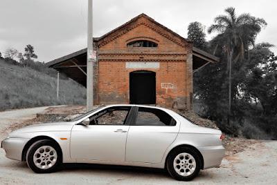 O Alfa Romeo 156 diante da estação de trem abandonada.