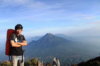 foto narsis dari puncak kawah gunung sumbing