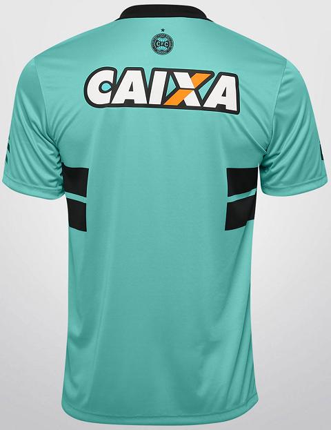 980b8c49c2 A nova camisa possui um diferente tom de verde tendo as tradicionais faixas  horizontais atravessando o peito