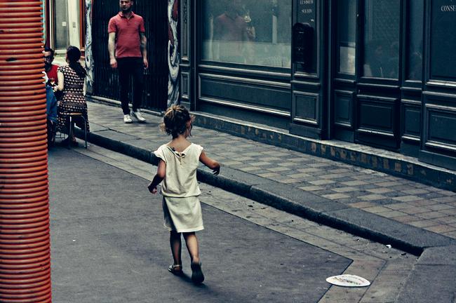 Petite fille dans la rue
