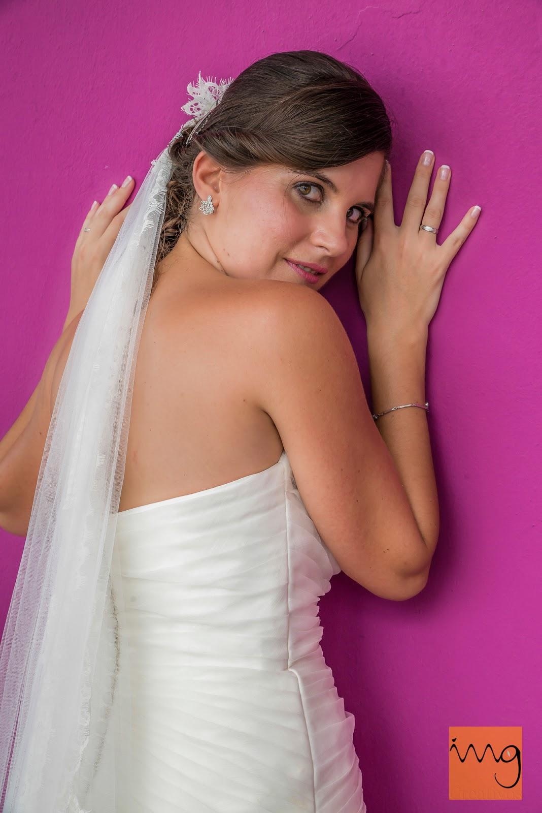 Fotografía de pose de la novia sobre un fondo morado