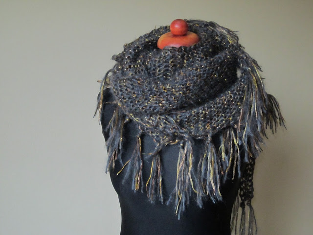 Trójkątny szal na drutach