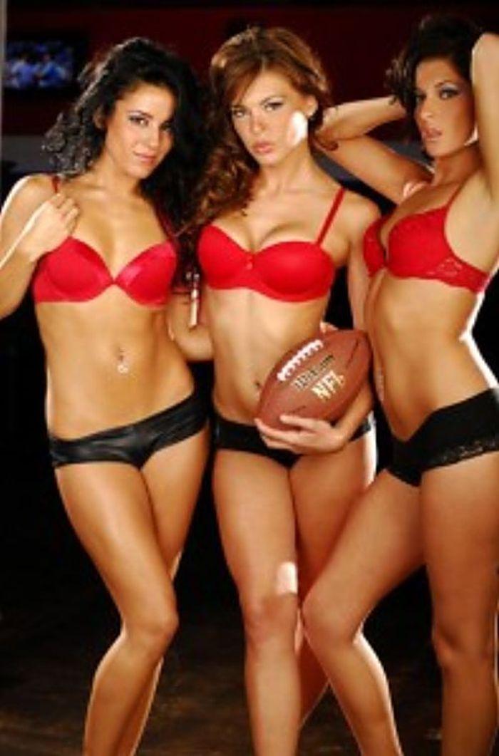 Chicas desnudas calientes en el partido de fútbol