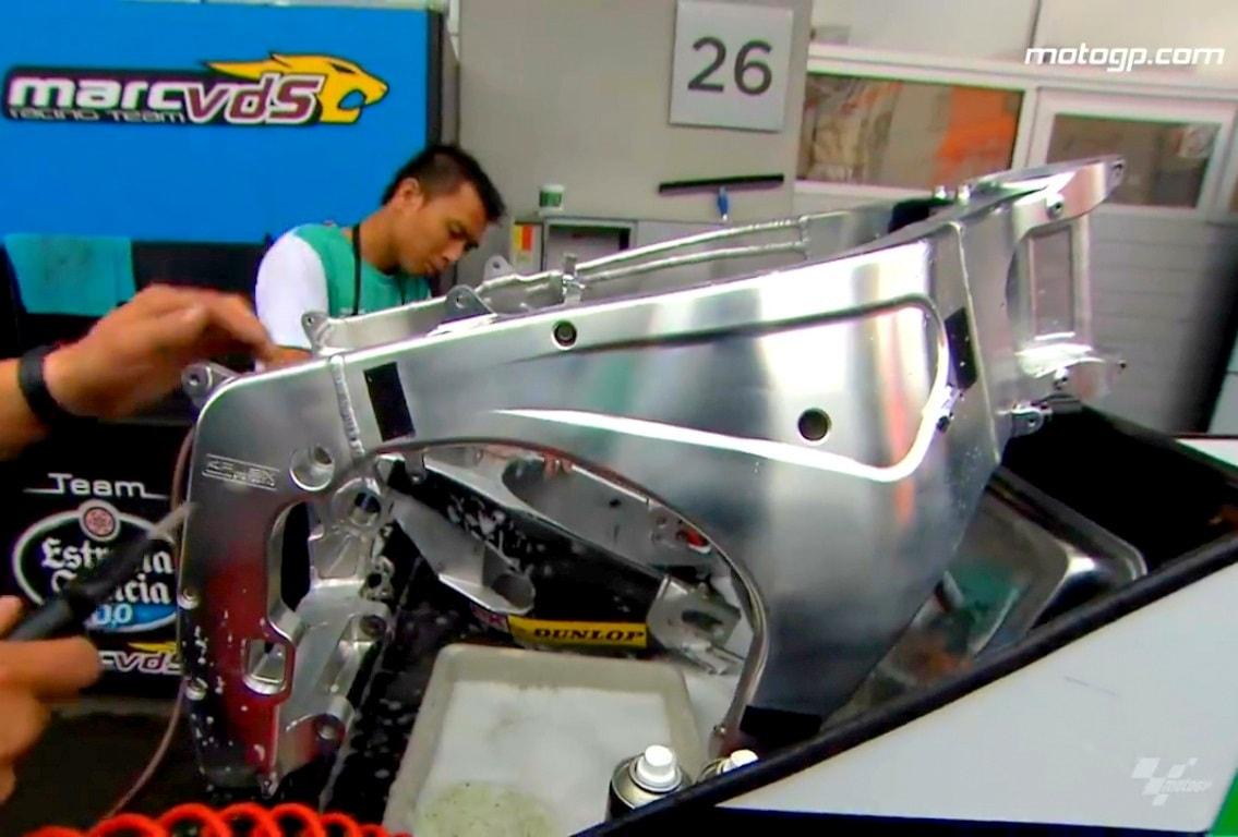 Intip ritual bersih bersih komponen motor yang dilakukan para crew di MotoGP Austria 2017