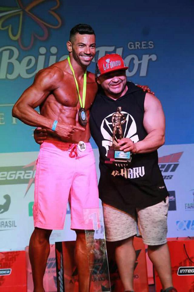 O atleta e amigo Baby Arnold sobre no palco para tirar uma foto com Breno Neves. Foto: William Netto