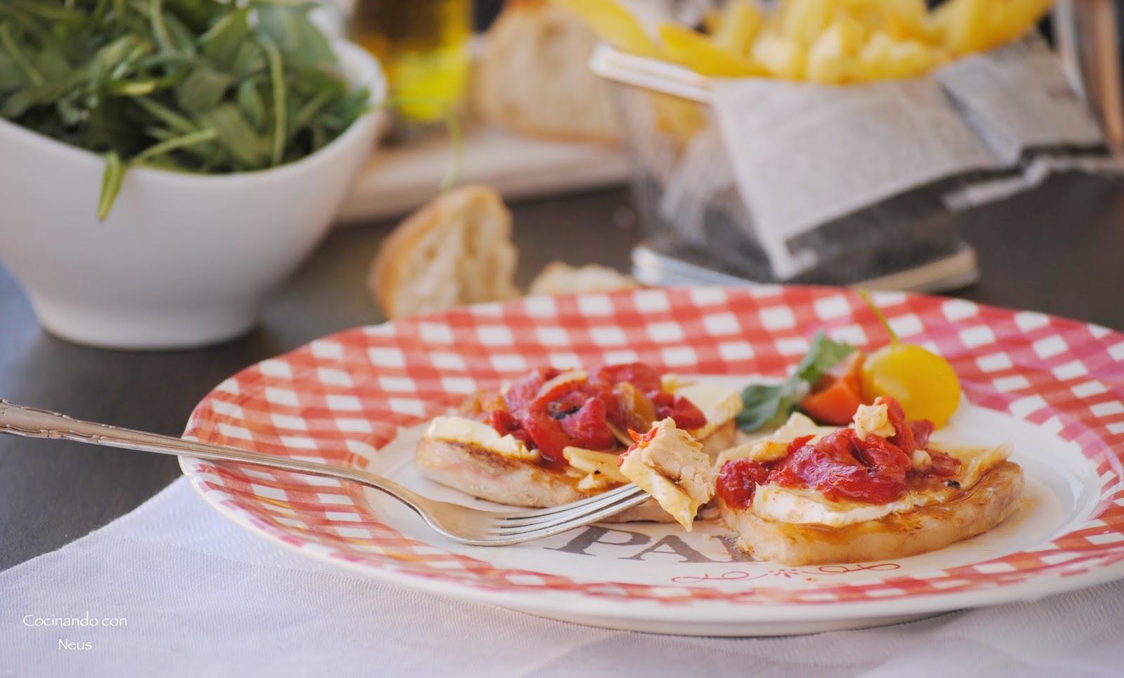 Lomo con pimientos rojos asados y queso brie