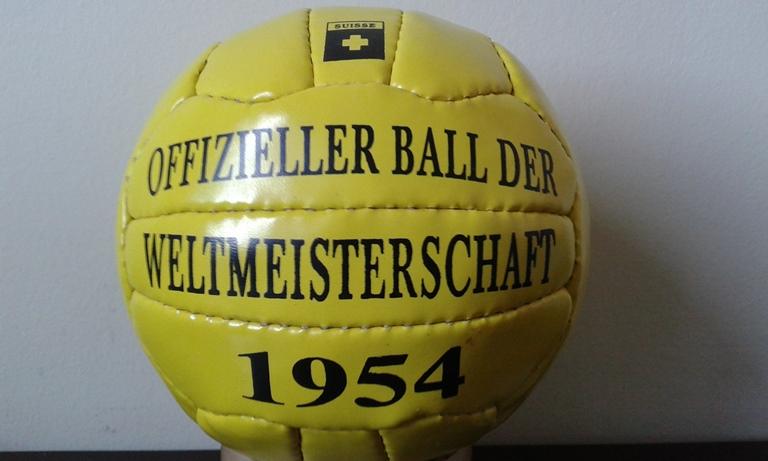 A bola Swiss WC Match Ball se diferenciou das primeiras. Tinha 18 gomos e  cor alaranjada. Foi a primeira bola a ter o padrão FIFA de qualidade 014b371c469a8