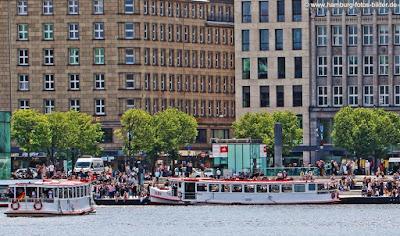 Binnenalster Hamburg im Sommer mit Menschen und Alsterdampfer am Jungfernstieg