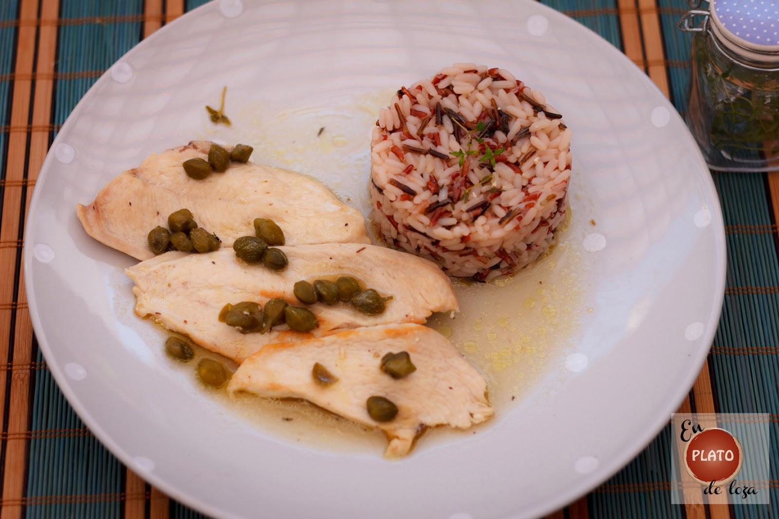 En plato de loza pechugas de pollo con salsa de tomillo y - Platos con pechuga de pollo ...