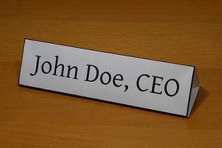 John Doe, CEO, en una identificador de mesa