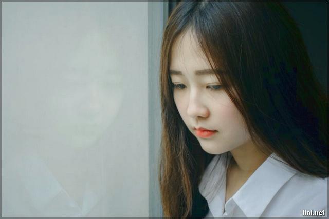 cô gái tóc dài xinh đẹp nhưng buồn