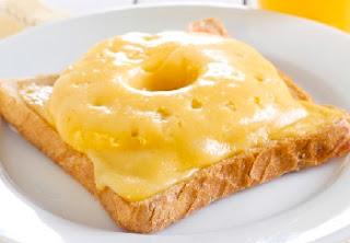 ананасовый бутерброд с сыром на завтрак