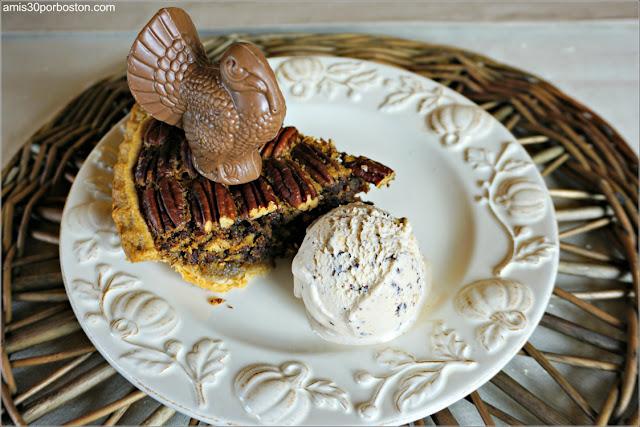 Porción de la Chocolate Bourbon Pecan Pie con Helado de Avellanas y Pavo de Chocolate