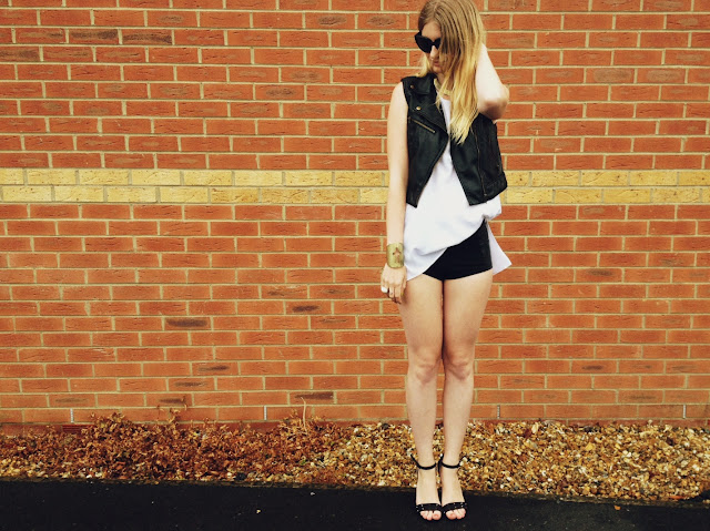 FashionFake, street style, style blog, style blogger, fashion blog, fashion blogger, Topshop hotpants, Topshop shorts, Topshop, monochrome style, monochrome trend