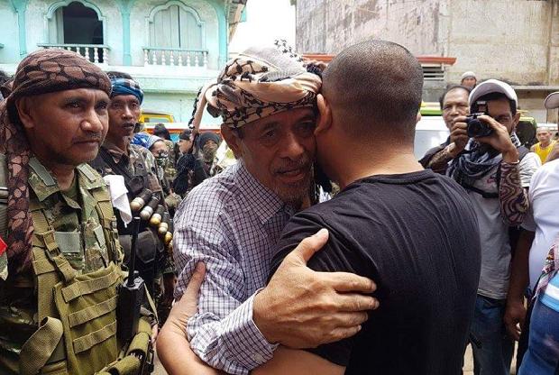 3 ABK Indonesia (WNI) Dibebaskan Kelompok Abu Sayyaf Hari ini, Bapak Pakai Sorban ini Di Puji Siapa Dia ??