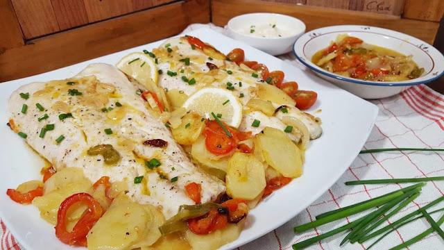 http://www.lacocinademasito.com/2016/11/merluza-al-horno-patatas-pimentos.html