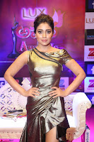 Shreya Saran in Golden Tight fit LegSplit Gown at Zee Telugu Apsara Awards 2017 10.JPG