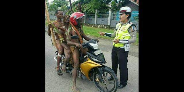 Polwan Tegur Pengendara Motor Berpakaian Adat Papua