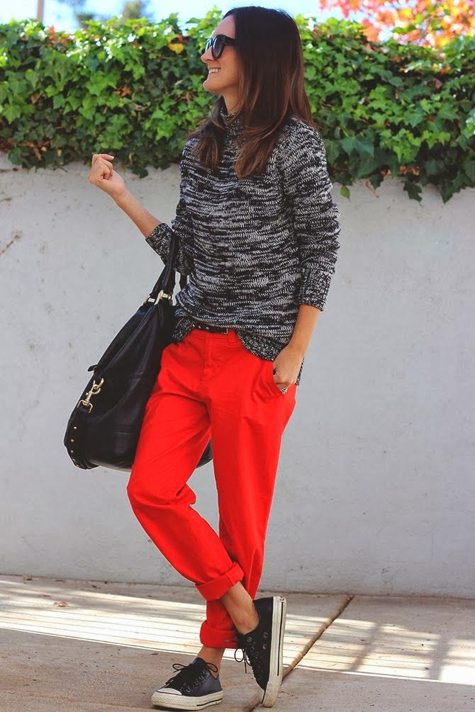 Women's Fashion marled sweater + red pants + leather converse