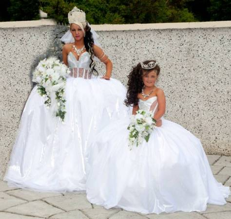 White Wedding Dress With The Theme Of Royal Queen
