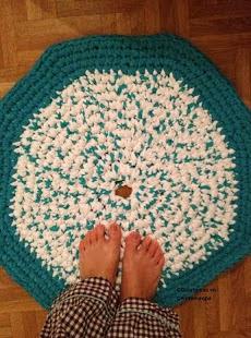 http://guertanicaencentroeuropa.blogspot.ch/2013/06/alfombra-redonda-de-trapillo-y.html