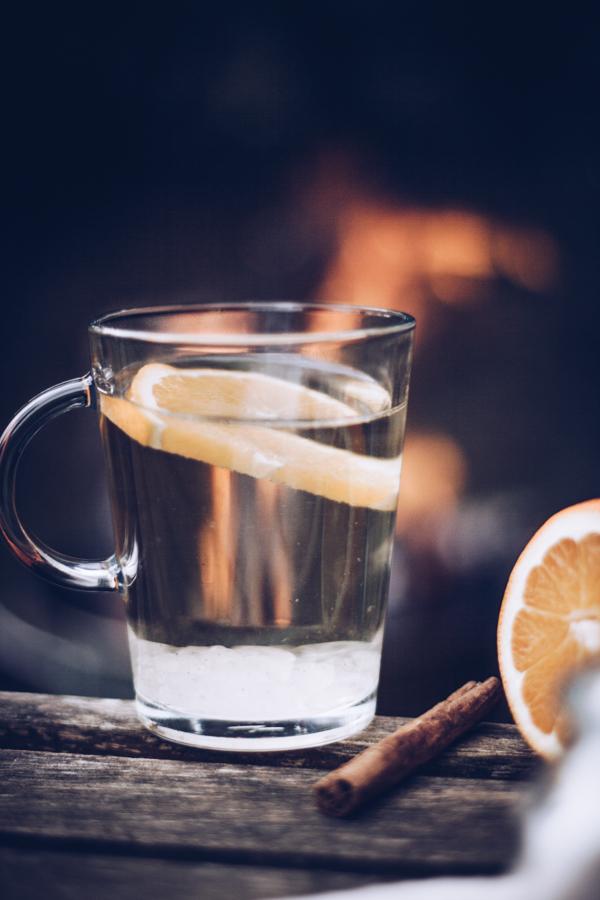 Rezept heller Glühwein mit Weißwein, Nelken, Zimt und Tonkabohne – der perfekte Winterdrink! titatoni.de