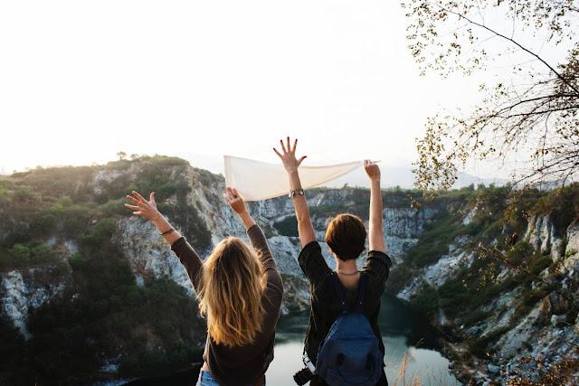 Gastar dinero en viajes trae más felicidad que gastarlo en bienes materiales, revela estudio