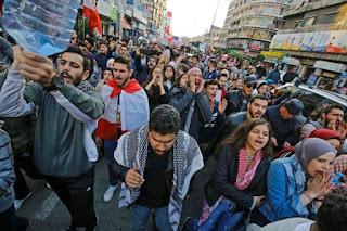 بيروت:اشتباكات بين قوات الأمن ومحتجين أمام مصرف لبنان