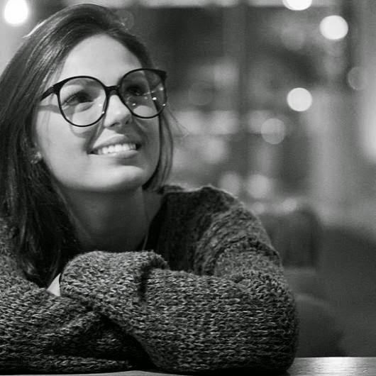ffc2d710f6a31 Isis apareceu com um modelo de óculos de grau bem atual. O redondo tamanho  grande está com tudo nesta temporada!! Temos esta marca que a atriz esta  usando ...