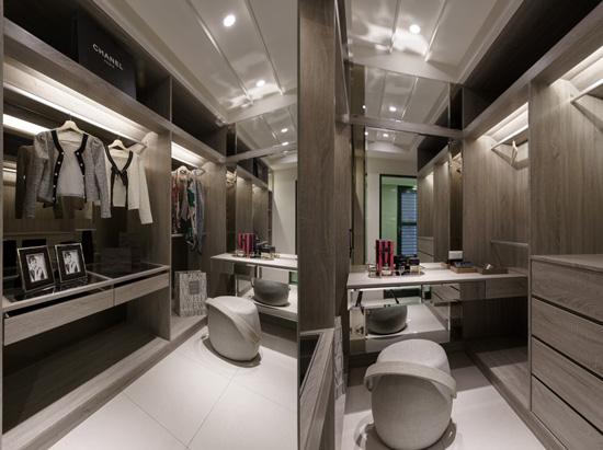 分門別類收納衣物如同展示櫥窗,梳妝台底部貼鏡更加大了空間感!讓女生很難不愛上這樣的室內設計風格!