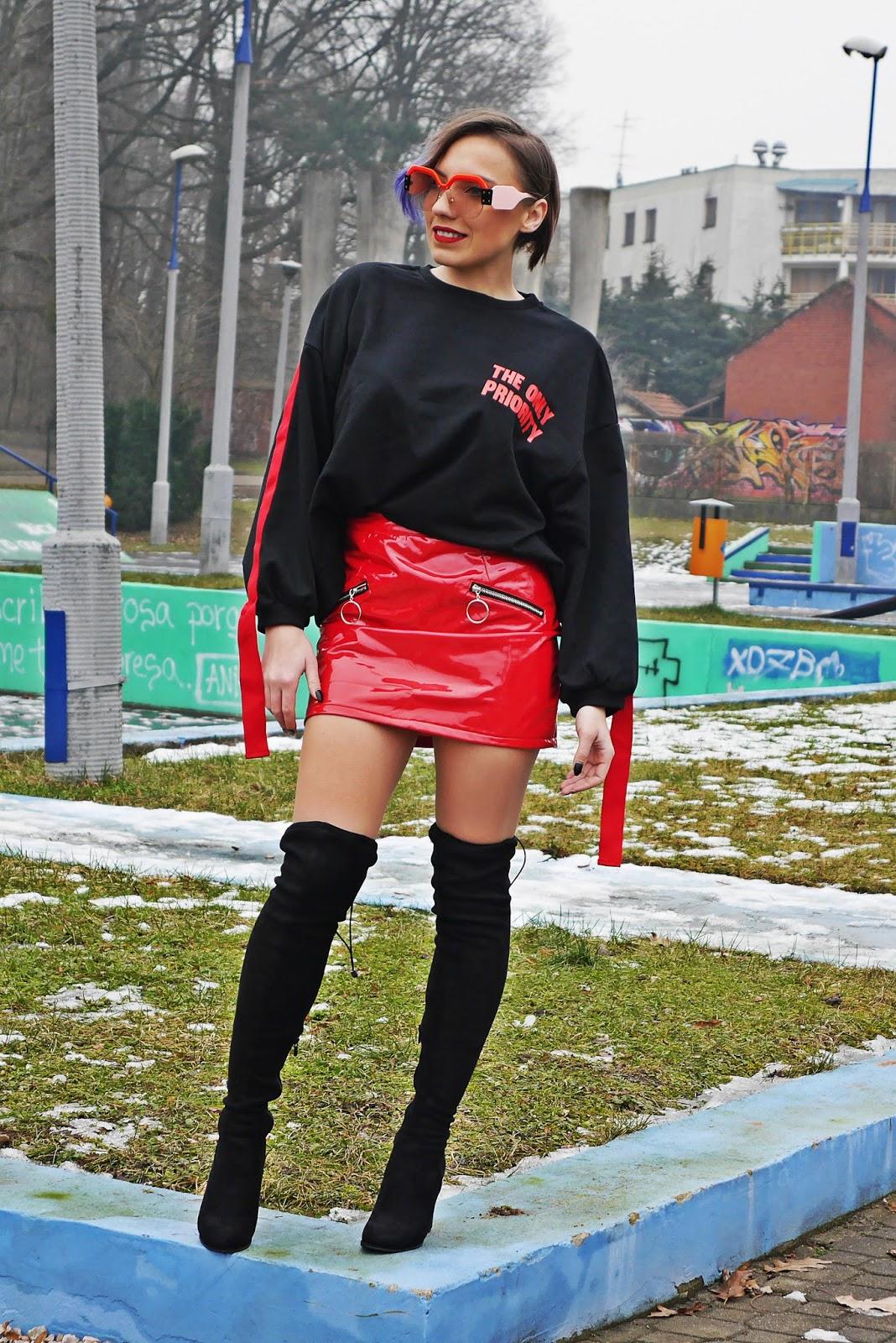 2_bluza_czarna_nadruk_spodnica_lakierowana_kozaki_renee_karyn_blog_modowy_280118ase
