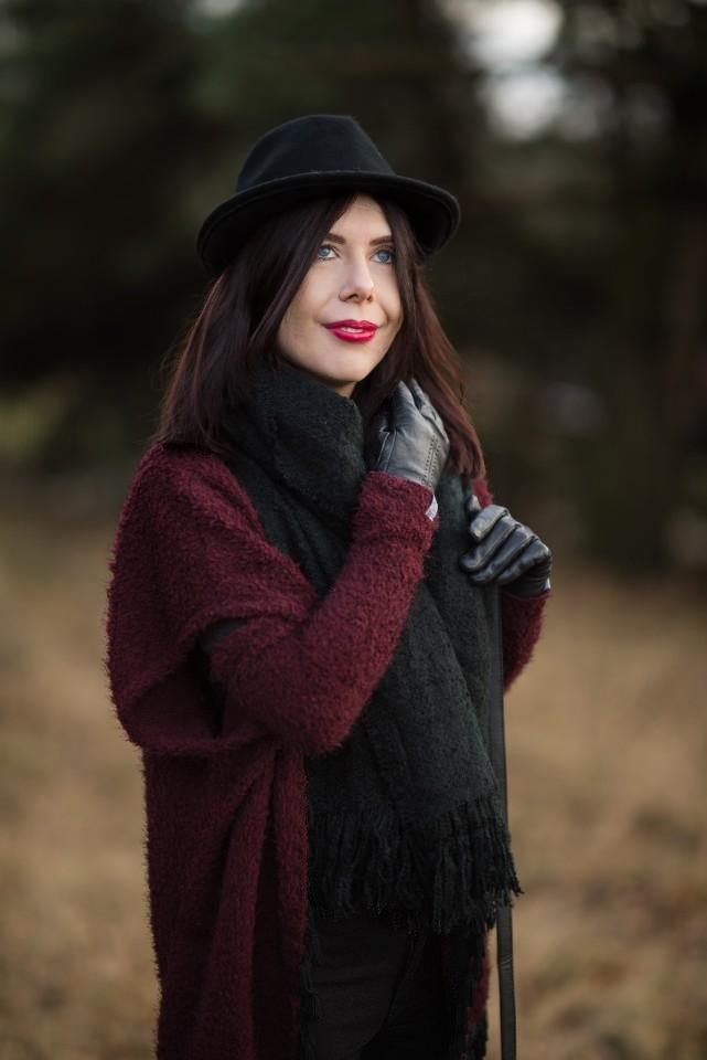 Narzutka z frędzlami nun.mi | kolor bordowy na jesień | jak nosić bordo? | łódzka marka odzieżowa | narzutka z frędzlami | kapelusz trilby | stylizacja z kapeluszem | Łódź | blogerka z Łodzi | blog modowy | blog o modzie | blog szafiarski