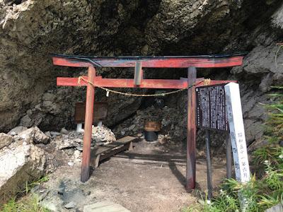 熊四郎洞窟の祠
