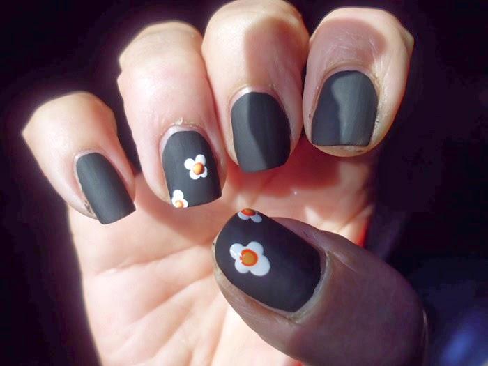 manicura negra mate con flores