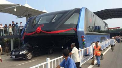 Κυκλοφόρησε το πρώτο λεωφορείο που περνάει πάνω από τα αυτοκίνητα